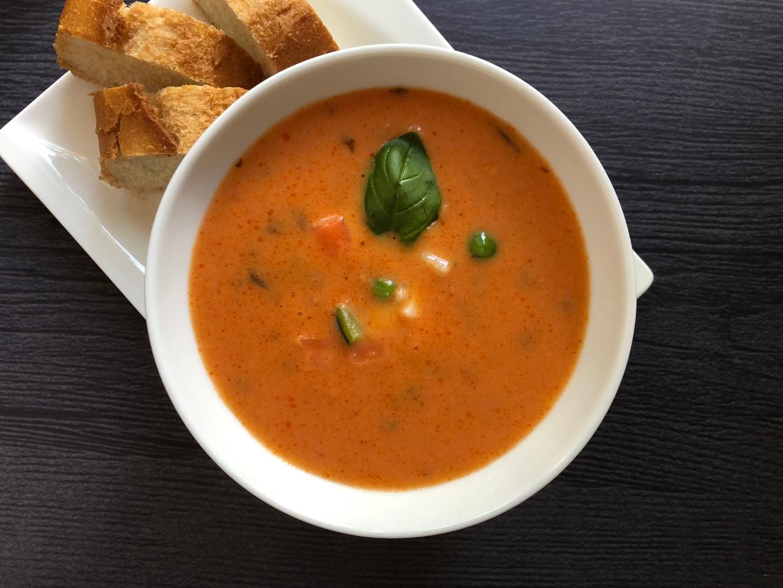 tigela com sopa de tomate e legumes