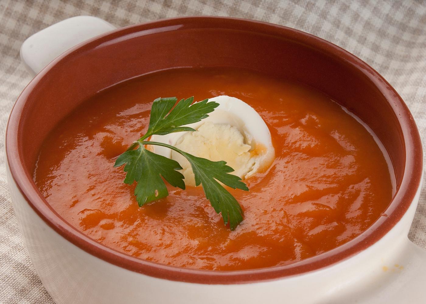 tigela com sopa de tomate e ovo escalfado