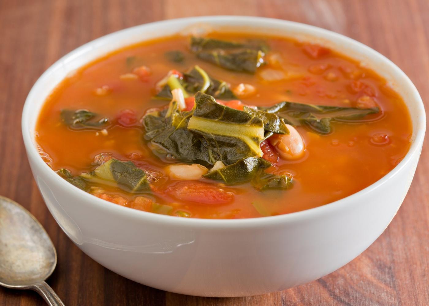 Sopa de feijão servida numa taça