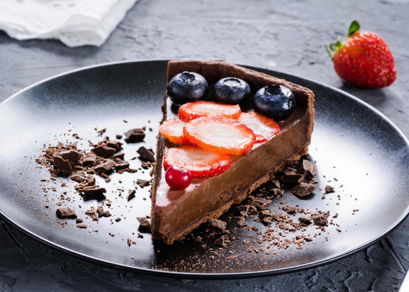 Fatia de tarte de chocolate vegan servida num prato