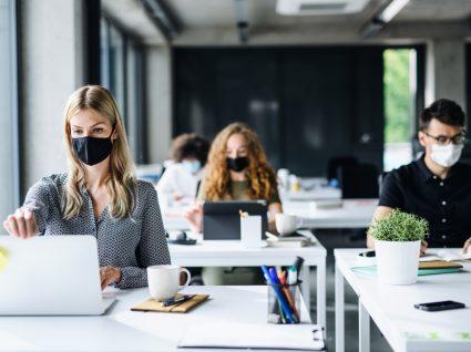 Trabalhadores no escritório com máscara
