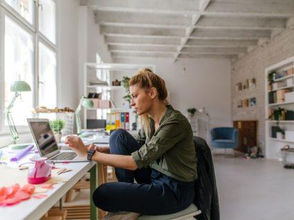 Mulher a trabalhar no escritório
