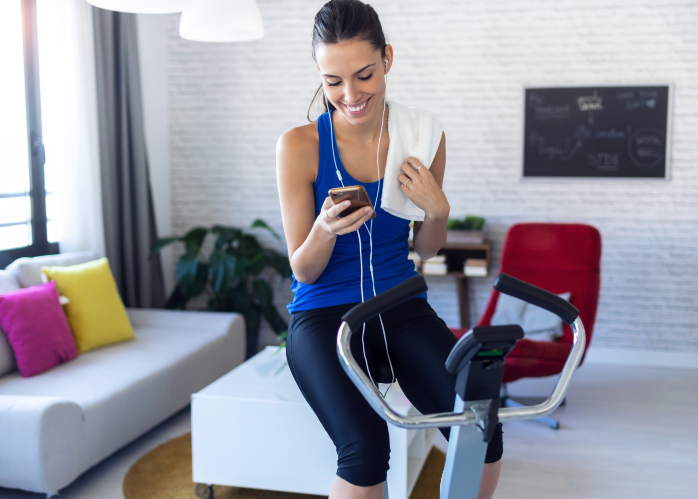 Mulher a fazer treino cardiovascular em casa