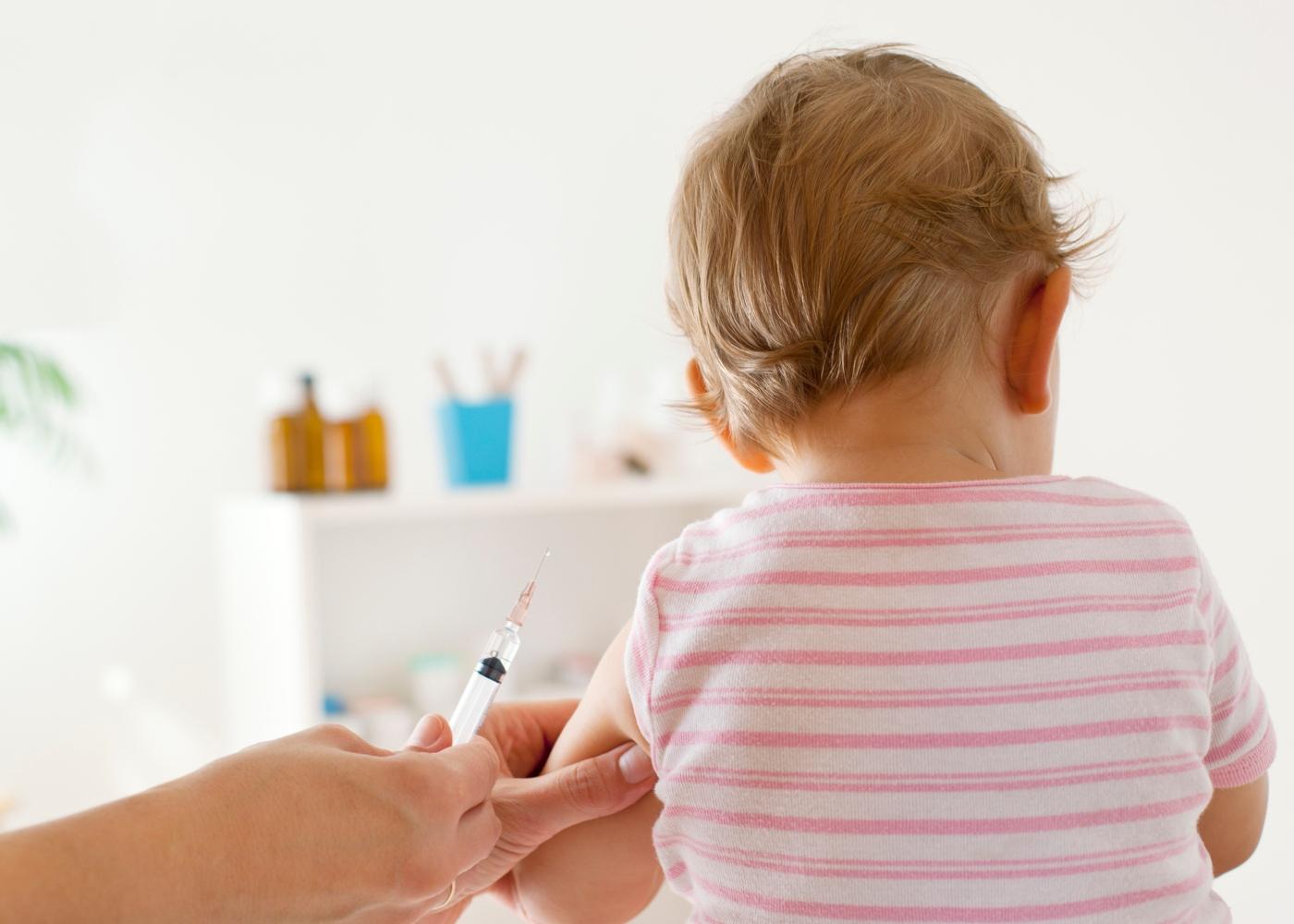 Médica a vacinar bebé
