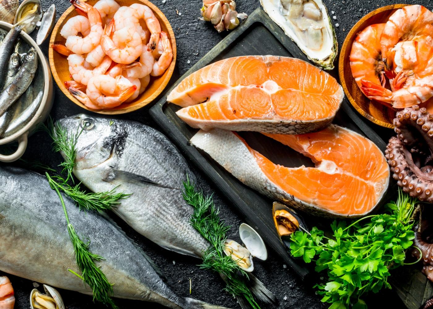 Variedade de peixe e marisco numa mesa