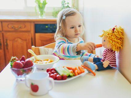 Menina a comer vegetais