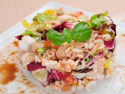 Salada de arroz de atum servida num prato