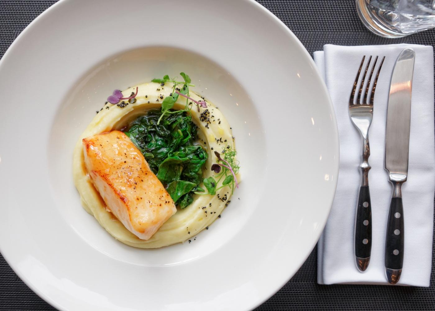 Bacalhau com puré de grão e espinafres