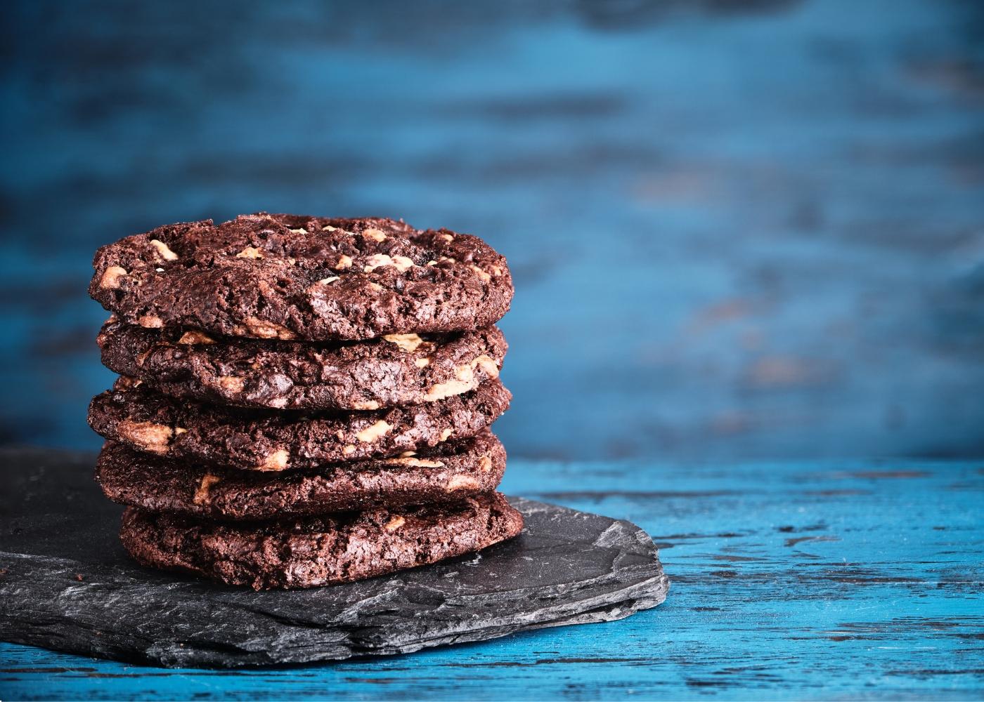 bolachas de chocolate e avelã com fundo azul