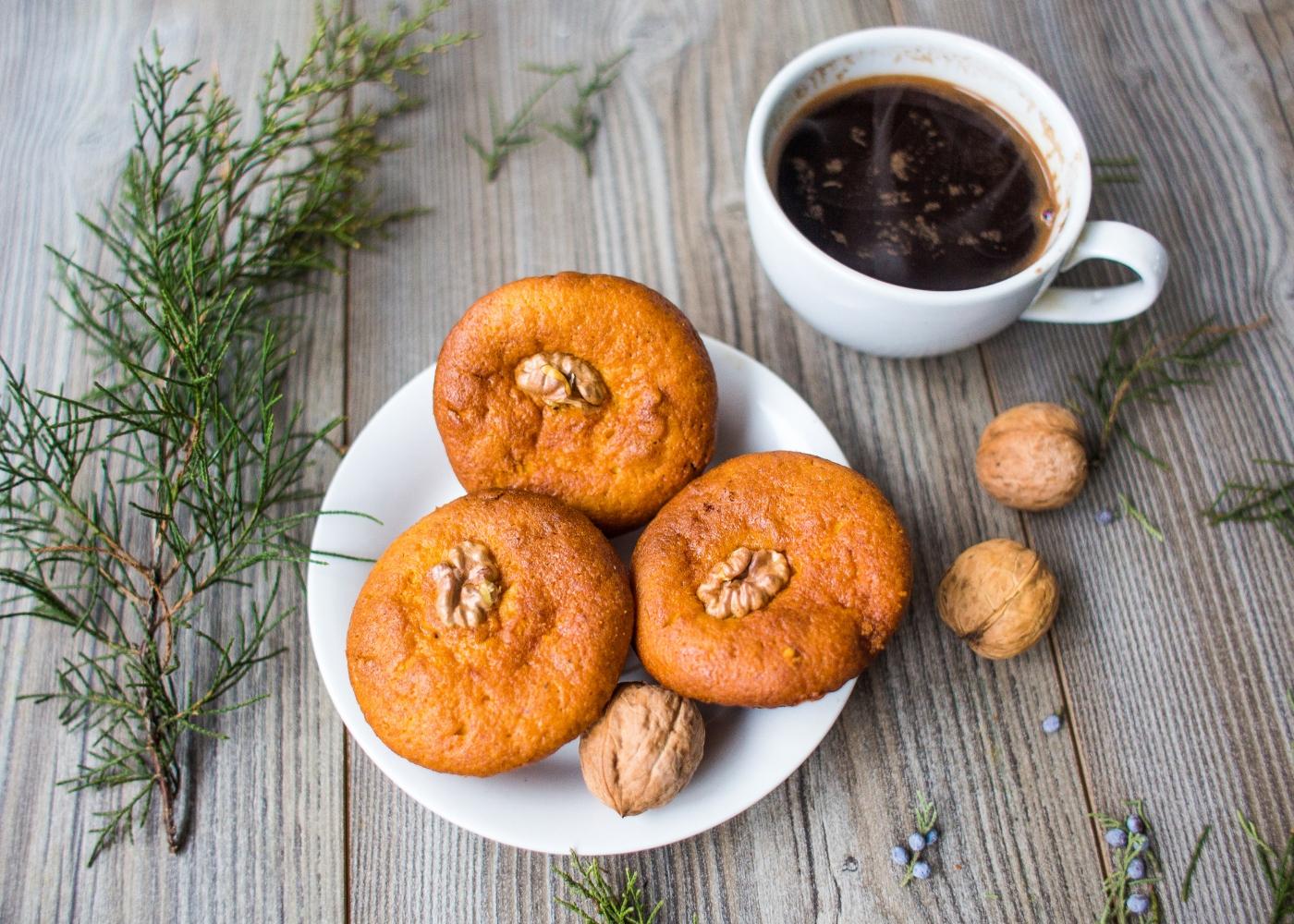 bolinhos de aveia e batata-doce acompanhados de café