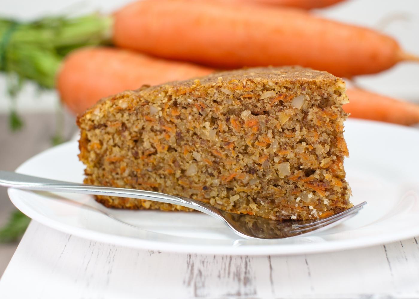 fatia de bolo de cenoura