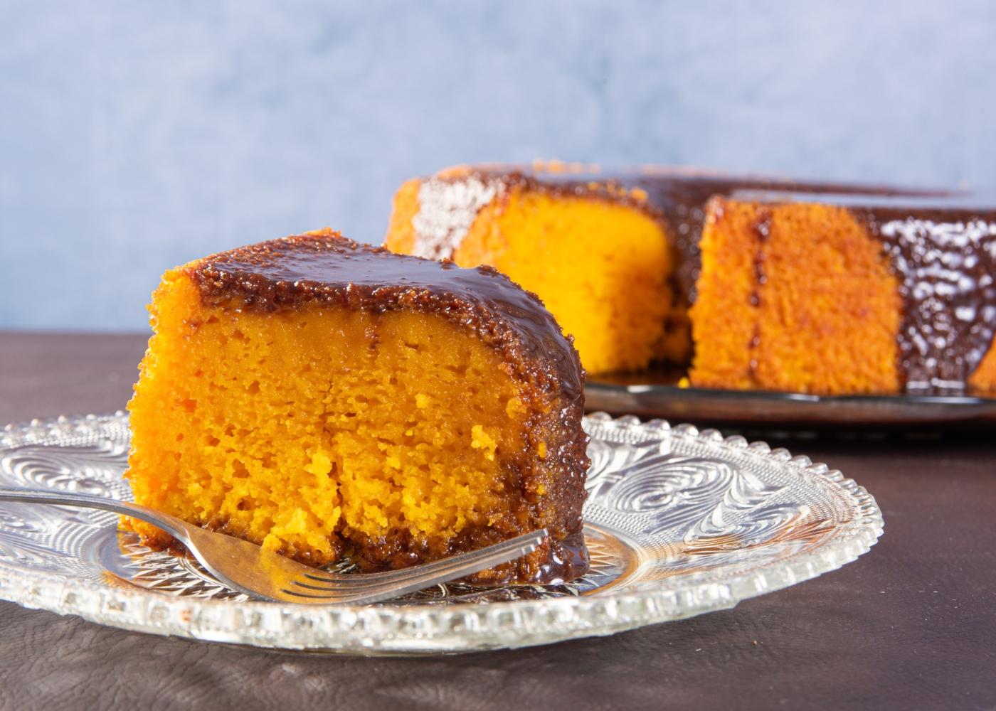 Fatia de bolo de laranja com calda de chocolate