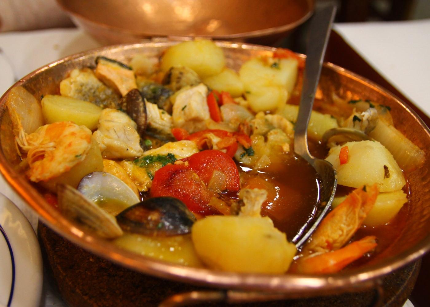 Caldeirada de bacalhau com camarão e amêijoas