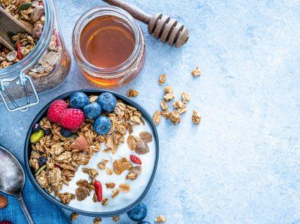 Cereais de pequeno-almoço servidos numa taça