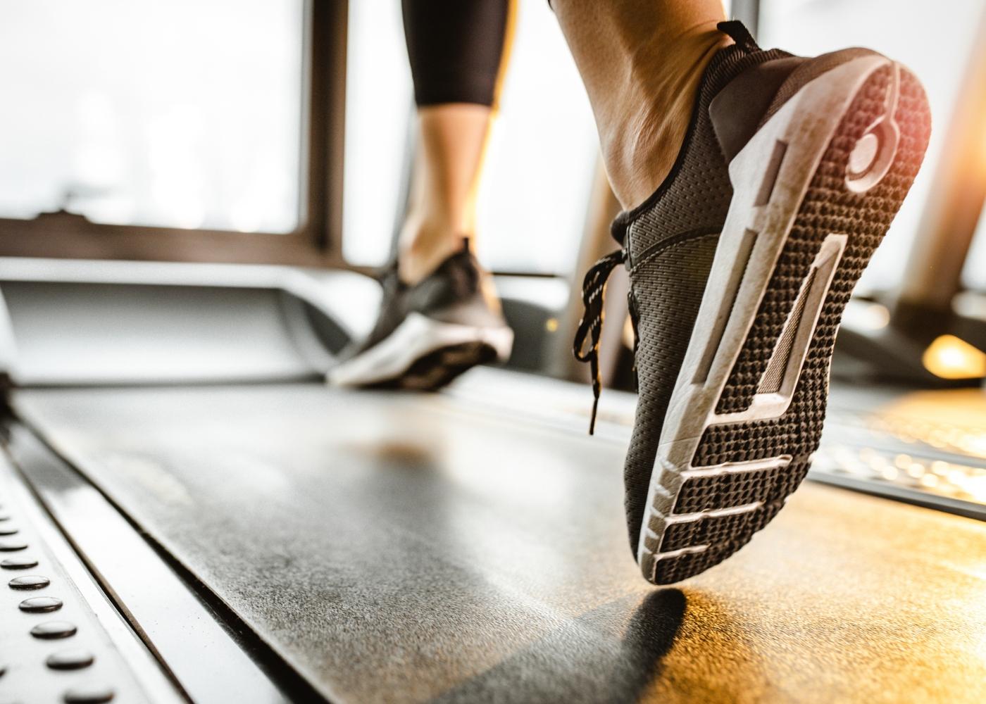 Mulher a correr numa passadeira elétrica no ginásio