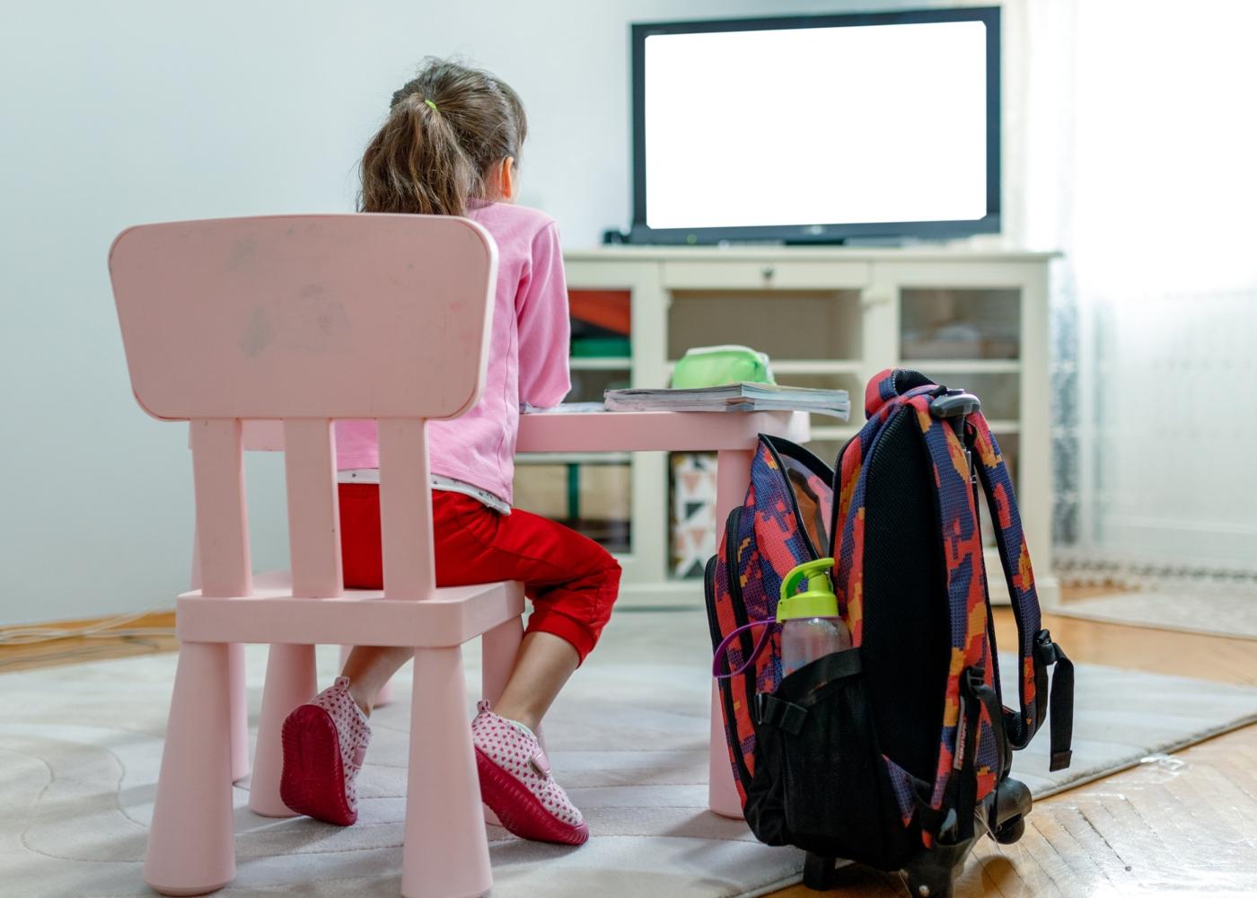 Menina a ver televisão