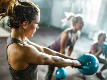 Mulher a fazer deload no seu ciclo de treinos
