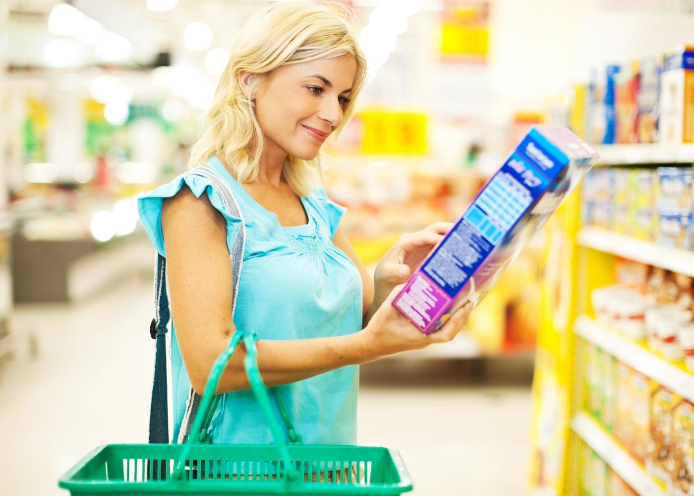Mulher a escolher cereais no supermercado