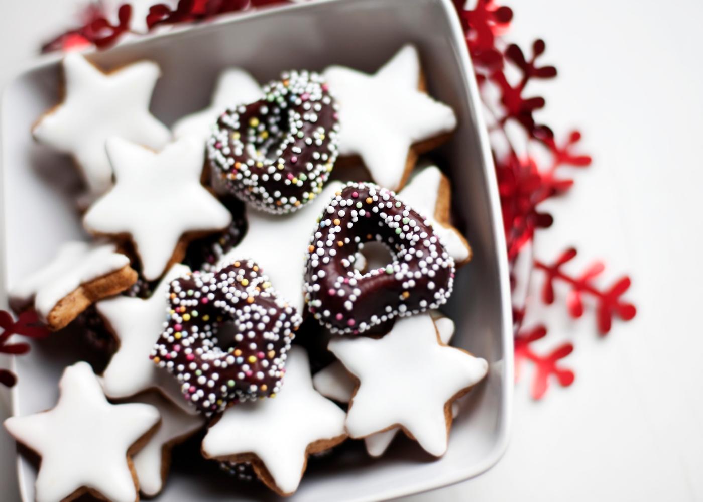 Bolachas de Natal com glacé de chocolate servidas num prato fundo