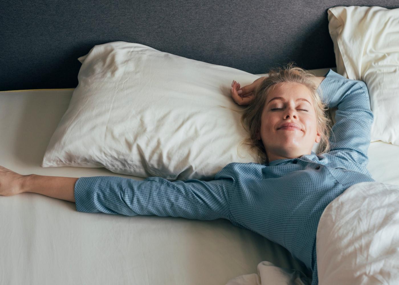 Mulher a acordar de manhã cedo