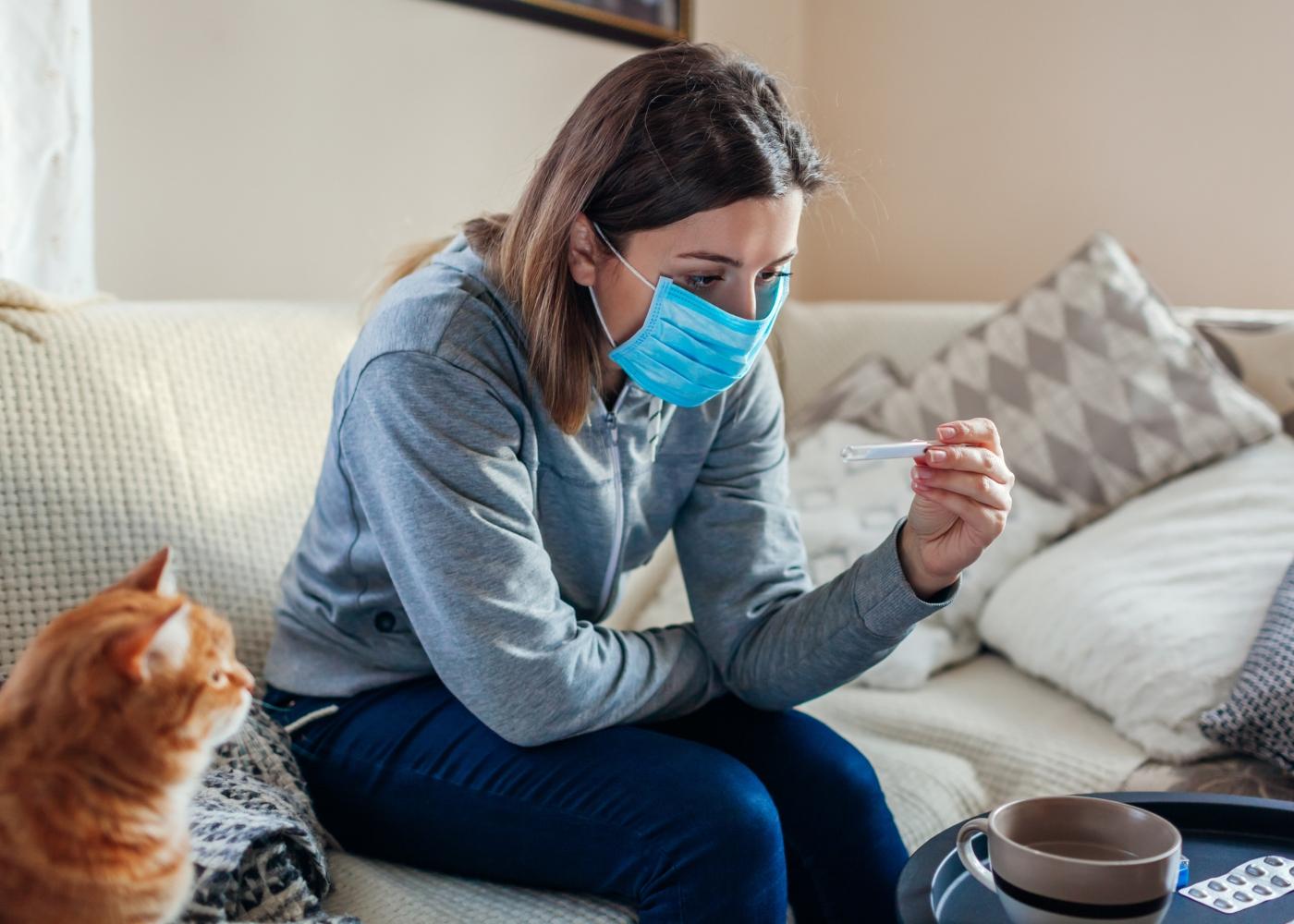 Mulher em casa com sintomas COVID-19