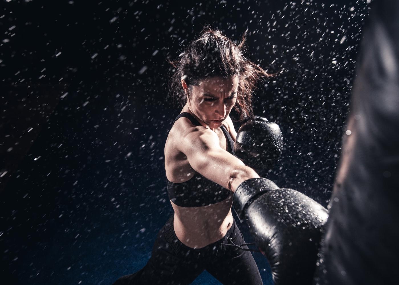 Mulher a fazer kickboxing