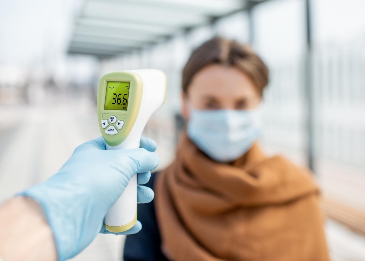 Autoridades a medir a temperatura corporal no acesso ao metro