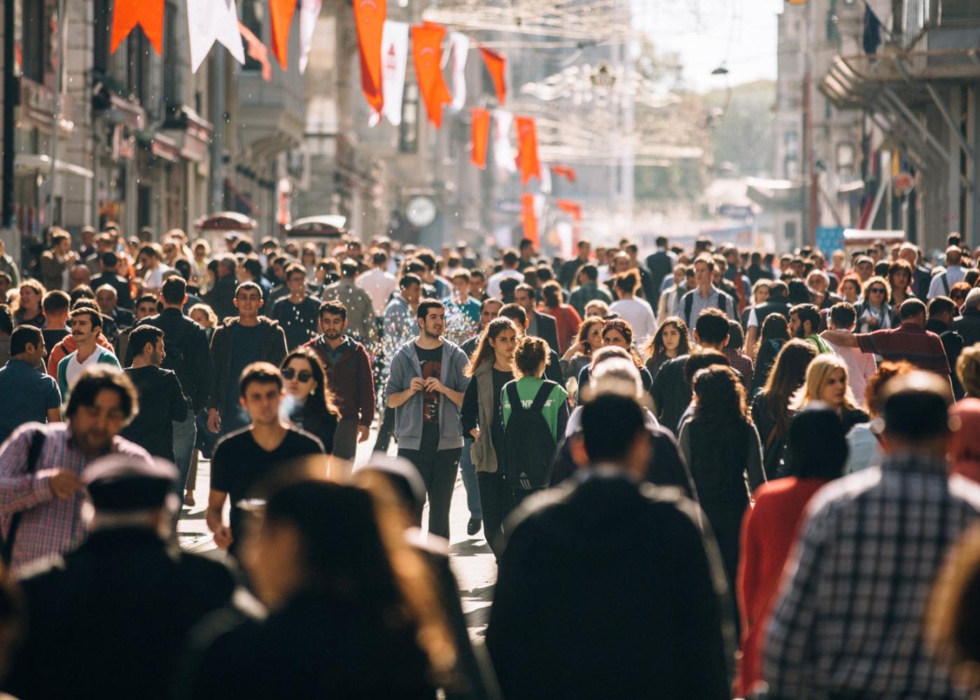 Multidão a passear na rua