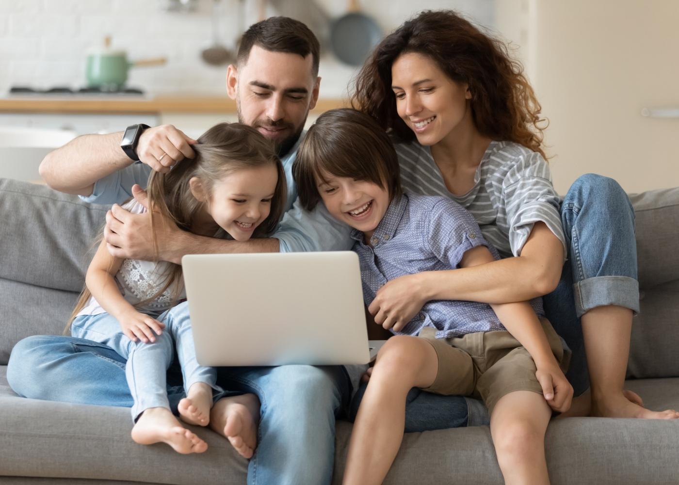 Casal e dois filhos a falar com a família via zoom