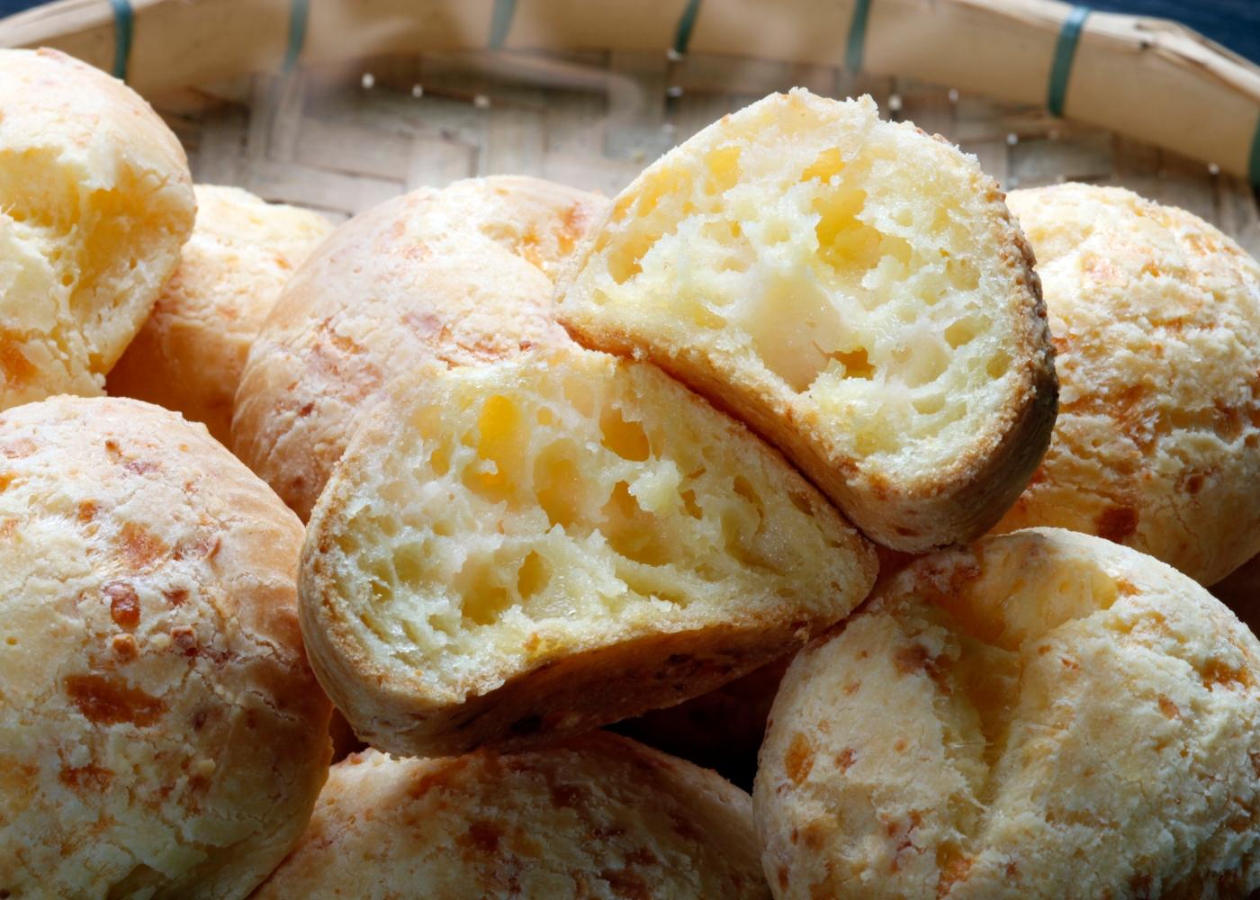 Pão de queijo com batata-doce, ricota e sésamo