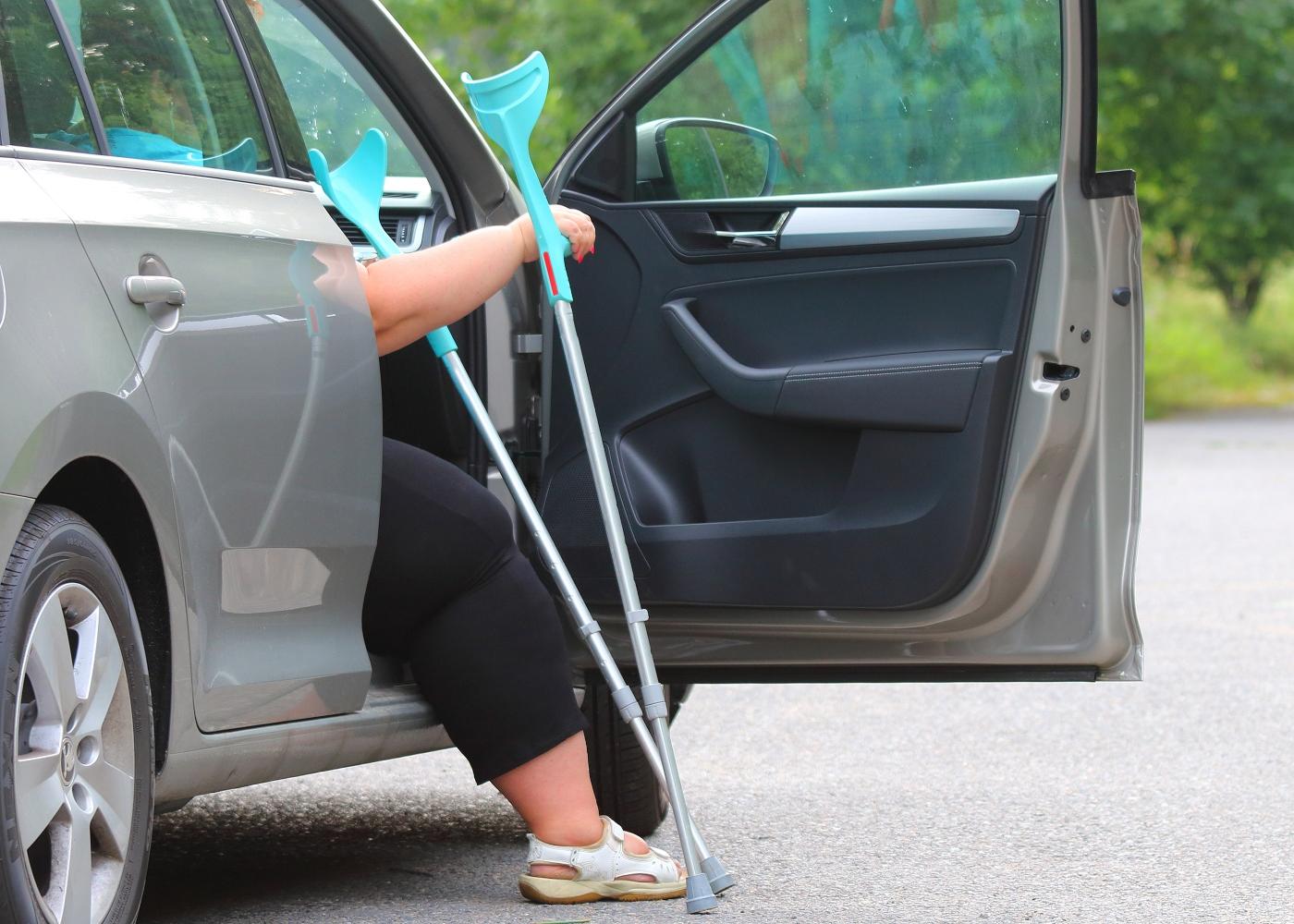 Mulher com dificuldades motoras num transporte não urgente