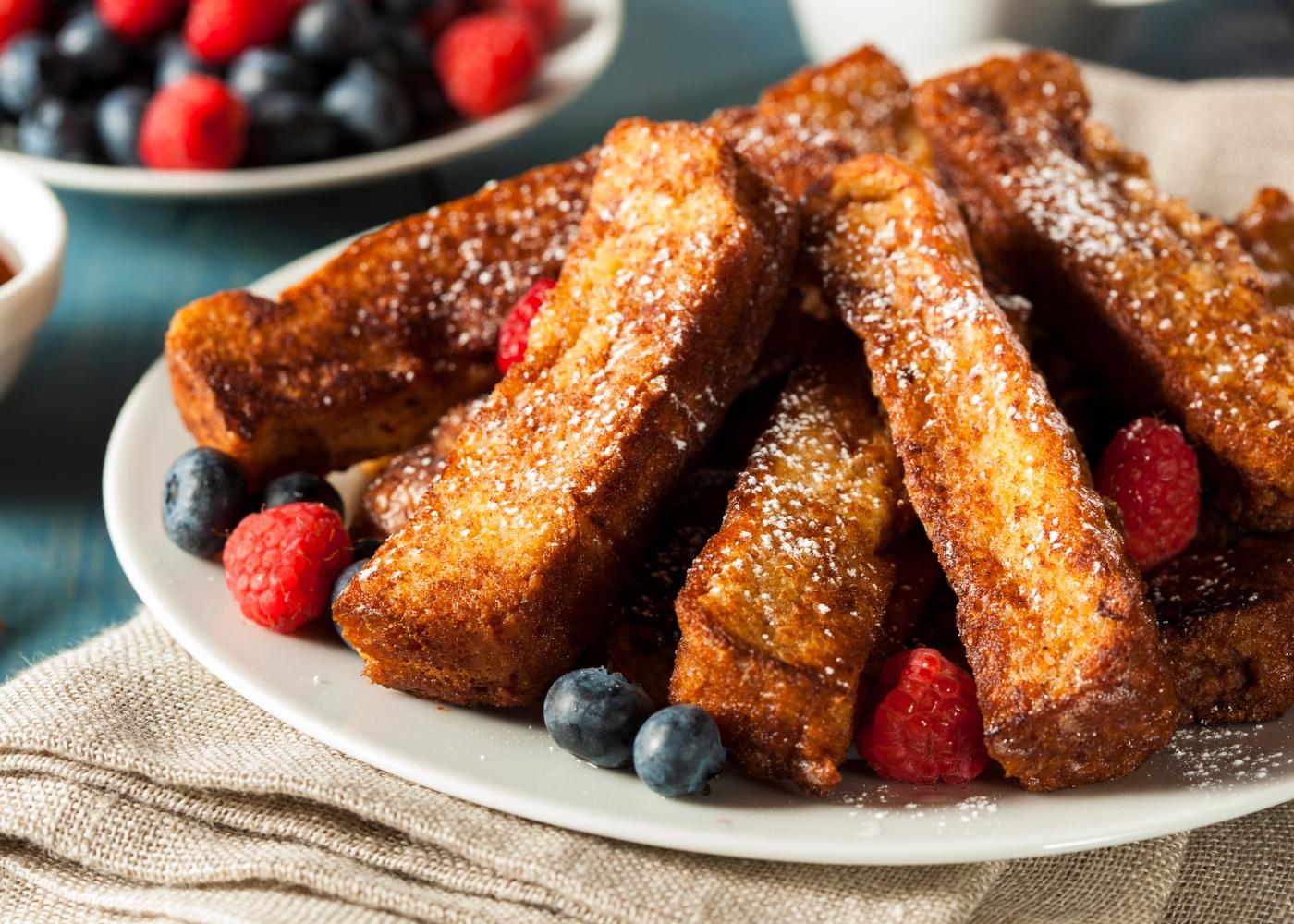 rabanadas de pão de aveia sem glúten com frutos vermelhos