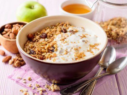 Granola servida numa taça com iogurte
