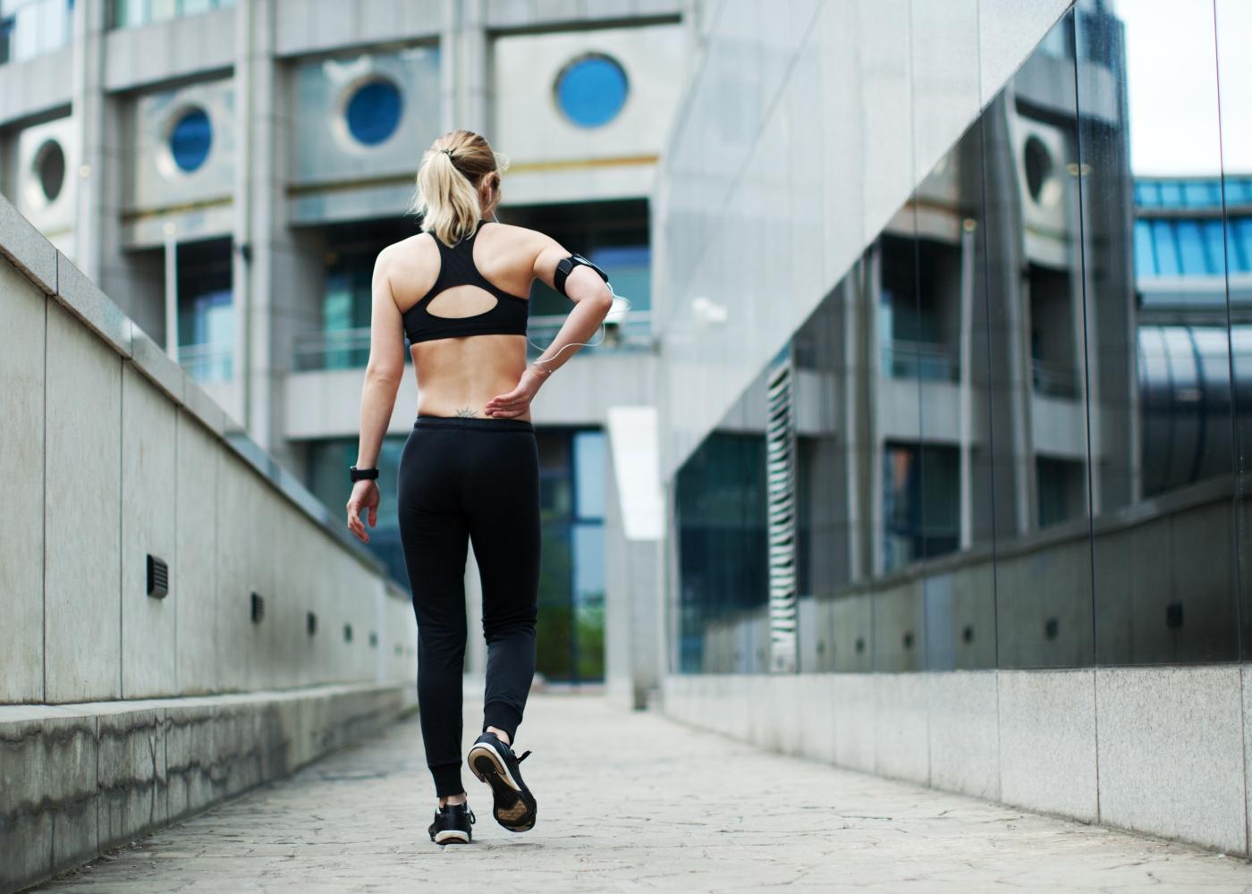 Mulher a treinar ao ar livre