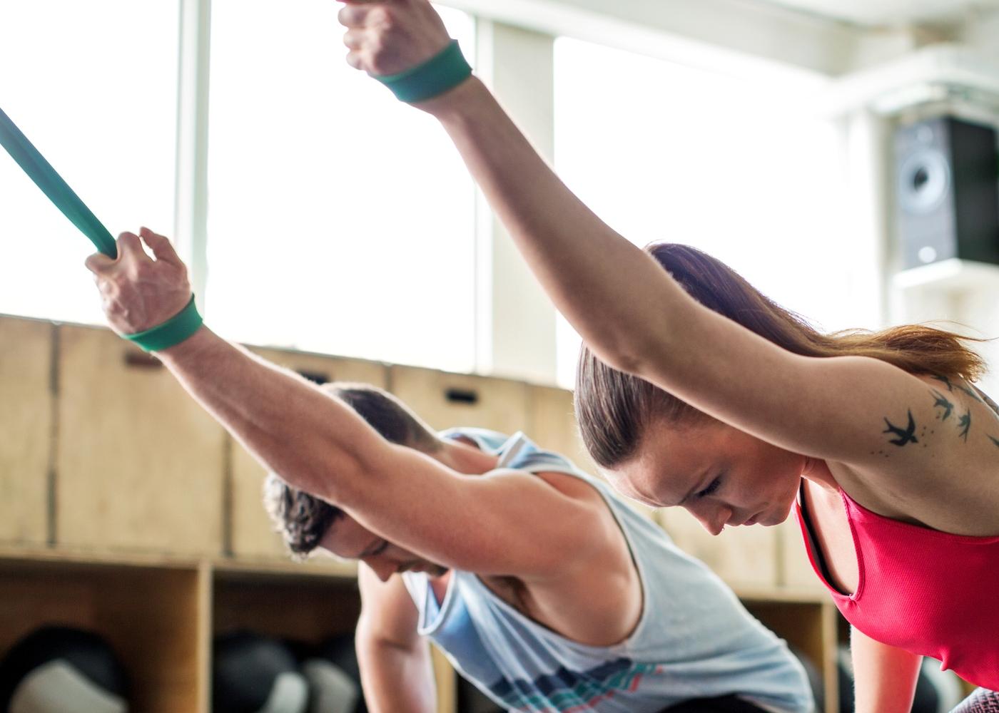 Casal a fazer treino de mobilidade de ombro