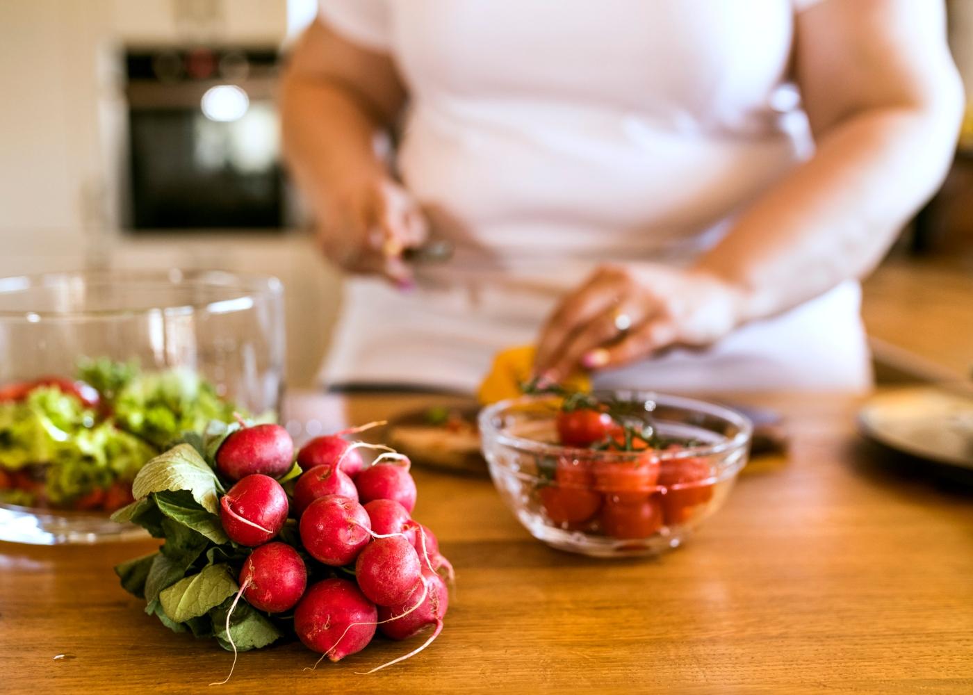Mulher obesa a preparar uma salada
