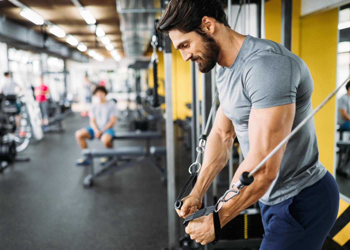 Homem a fazer aula de musculação no ginásio
