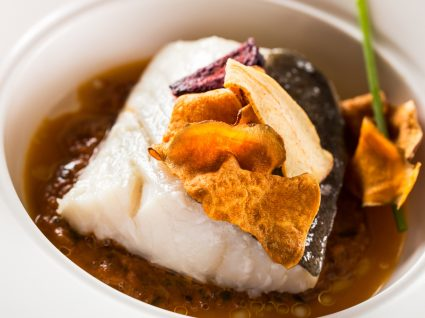 Posta de bacalhau confitado servido num prato