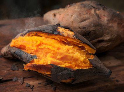 Batata-doce grelhada servida numa tábua de madeira