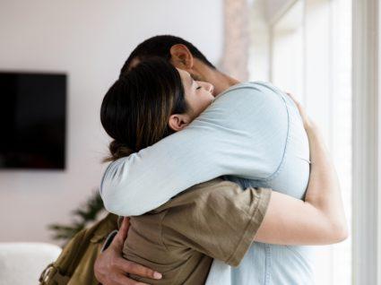 Casal a trocar beijos e abraços