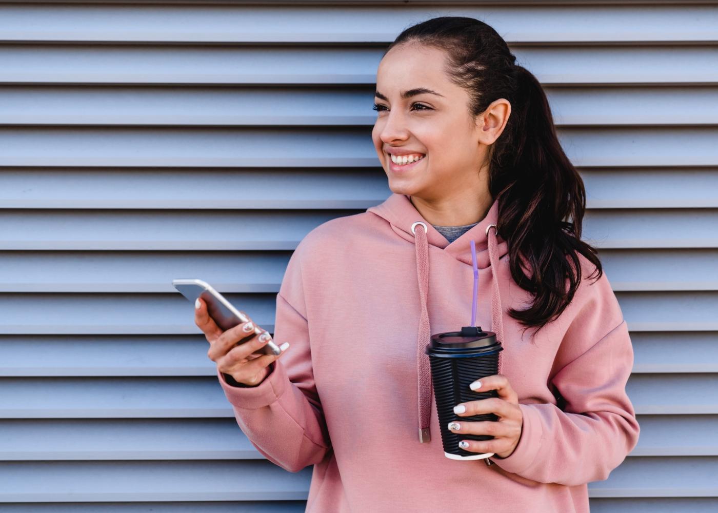 Mulher a tomar café antes do treino