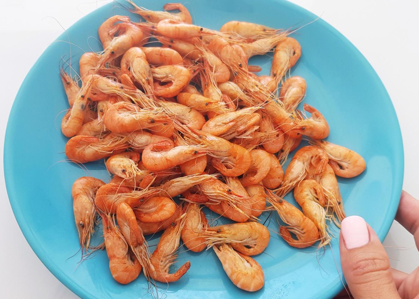 Camarão da Costa servido num prato