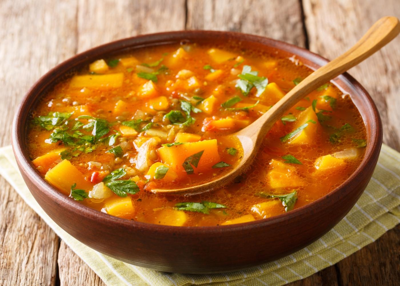 tigela com caril de lentilhas com batata-doce