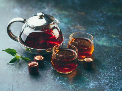 Bule de chá preto em cima de mesa