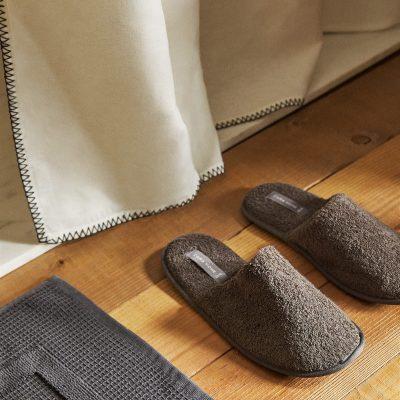 par de chinelos para homem