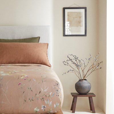 colcha para cama em tons rosa