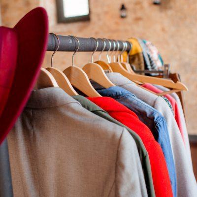cabide com roupa