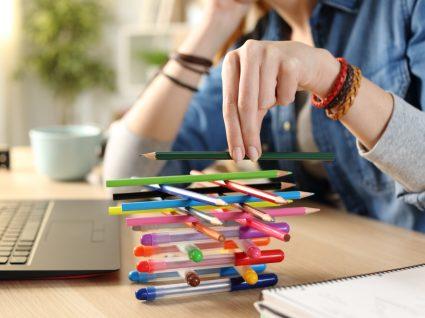 Mulher a procrastinar e com dificuldade em terminar tarefas