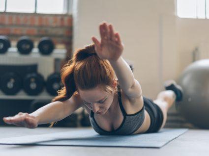 Mulher a fazer exercícios para prevenir dores lombares