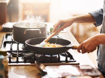 Mulher a fazer o jantar em casa